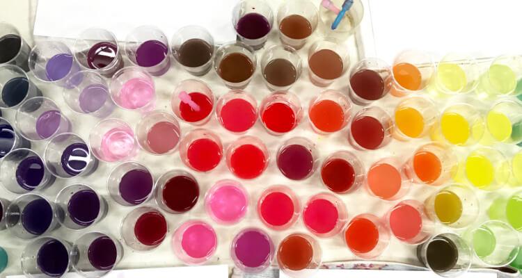 カラフルな色水